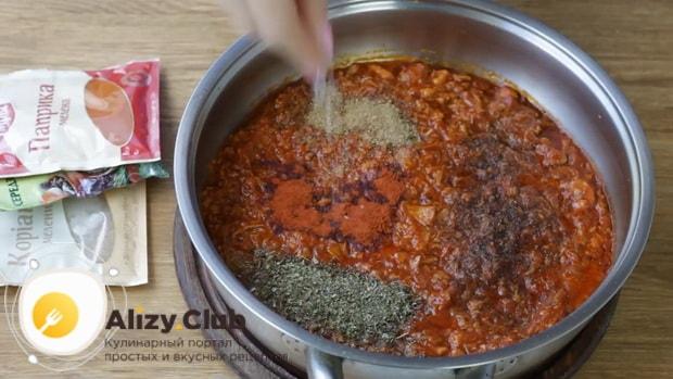 Для приготовления макарон по флотски с тушенкой добавьте специи