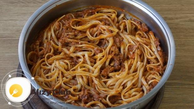 Для приготовления макарон по флотски с тушенкой смешайте ингредиенты