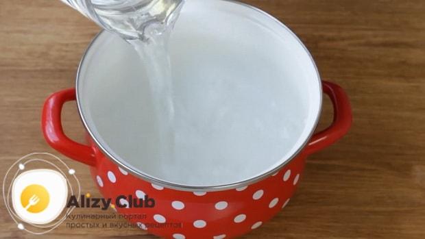 Для приготовления макарон по флотски с тушенкой, подогрейте воду