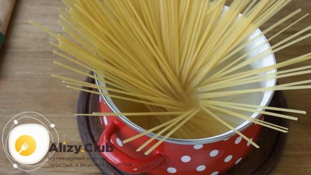 Для приготовления макарон по флотски с тушенкой отварите макароны
