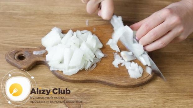 Для приготовления макарон по флотски с тушенкой надрежьте лук