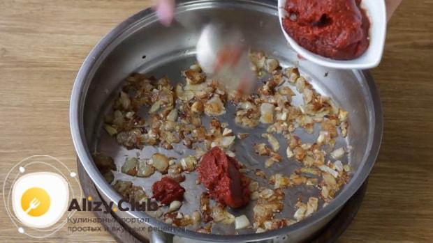 Для приготовления макарон по флотски с тушенкой добавьте томатную пасту
