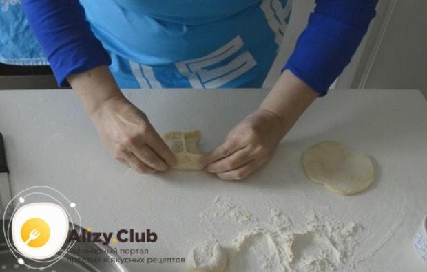 Формируем манты, раскатывая круглые лепешки и начиняя их фаршем.