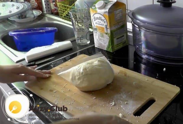 Помещаем тесто в цэлофановый пакет и даем ему отдохнуть минут 30.