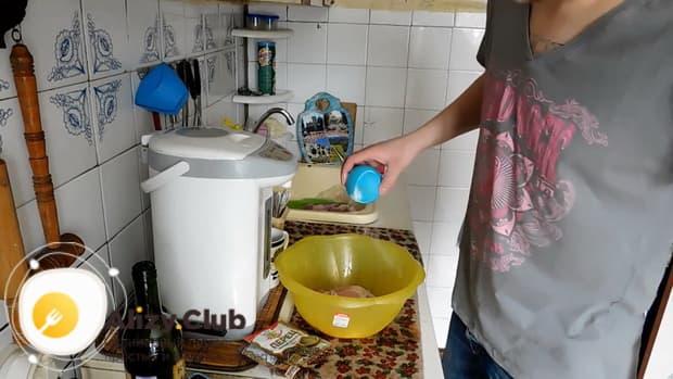 По рецепту, для приготовления маринада для кролика, соедините ингредиенты