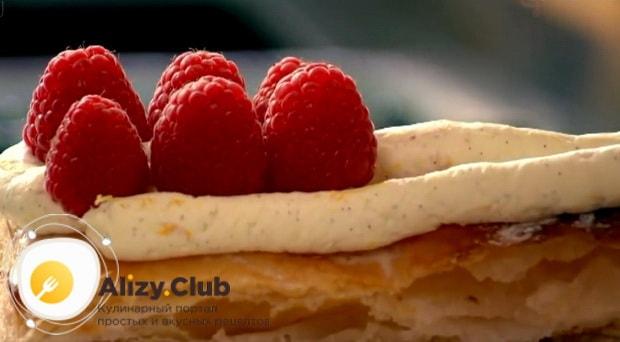между слоями крема выкладываем ягоды