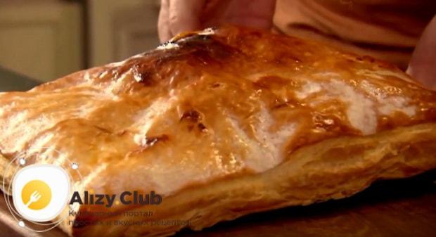 достаем готовое тесто с румяной карамельной корочкой