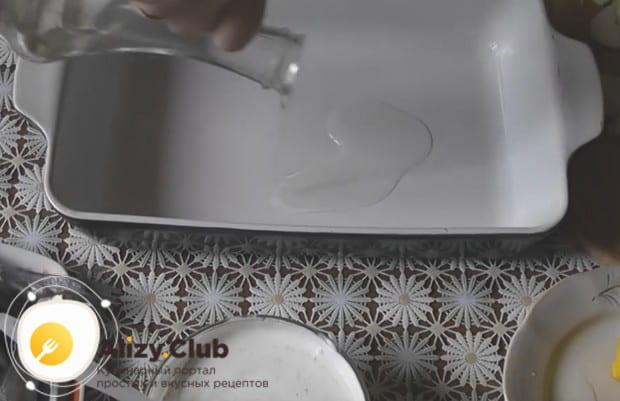 Форму для запекания смазываем растительным маслом.