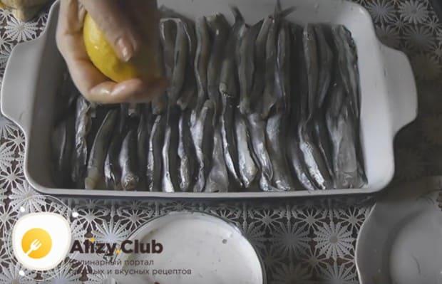 Сбрызгиваем рыбу лимонным соком.