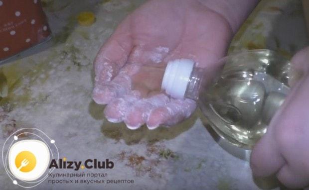 Смазываем руки подсолнечным маслом, а рабочую поверхность посыпаем мукой.