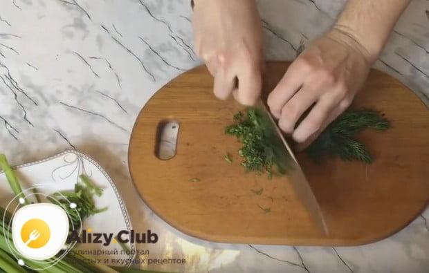 Измельчаем свежий укроп и зеленый лук.