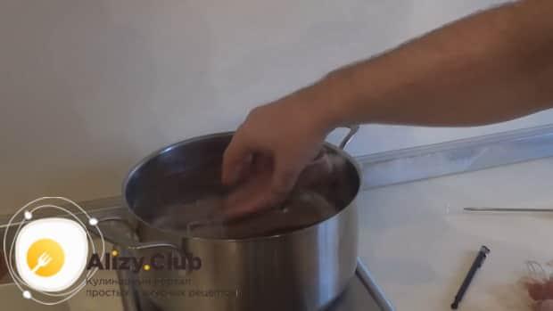 отварите домашние куриные сосиски при нужной температуре.