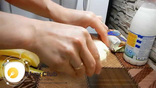 Ломаем банан на кусочки и отправляем в блендер
