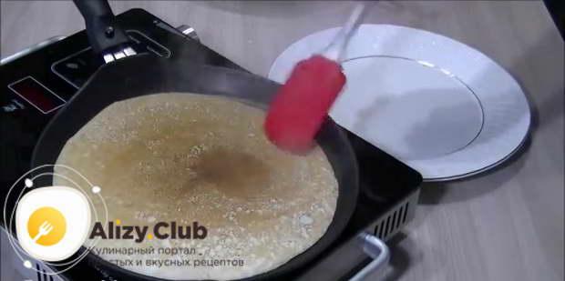 Ставим сковороду на плиту и жарим блинчик