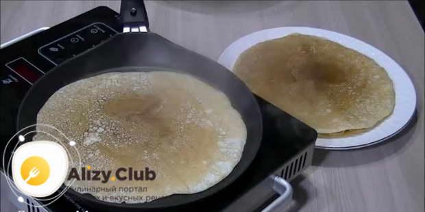 Готовый блин снимаем со сковороды и кладем на плоскую тарелку
