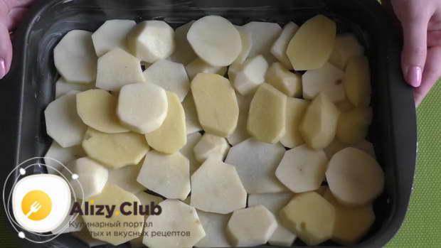 Равномерно раскладываем картофель по дну формы и подсаливаем