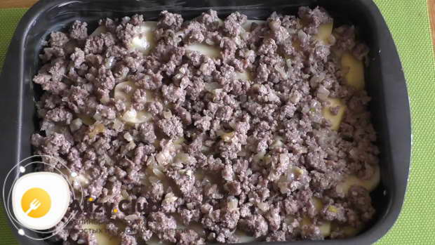 Сверху на картофель выкладываем обжаренный фарш с луком