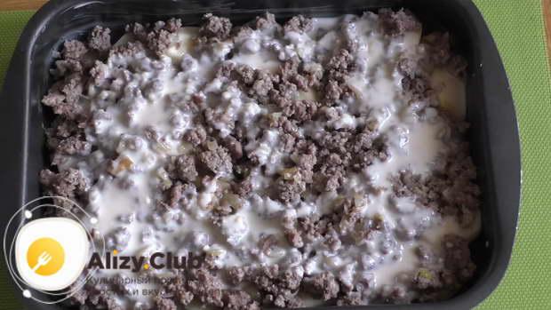 Заливаем первые два слоя запеканки половиной соуса