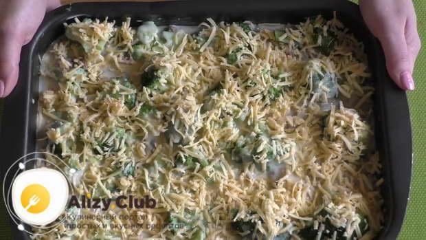 Сверху брокколи поливаем оставшейся половиной соуса