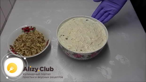 Смазывайте каждый слой мясного салата майонезом