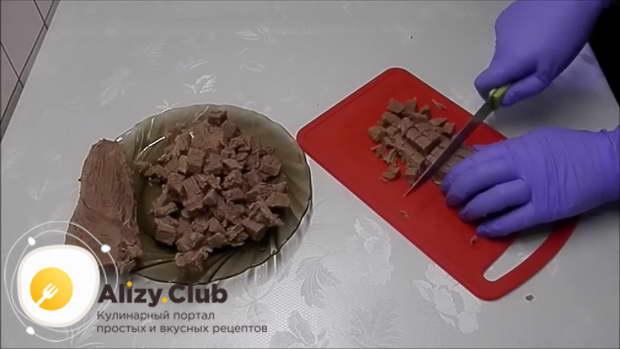 Нарежьте говядину мелкими кубиками