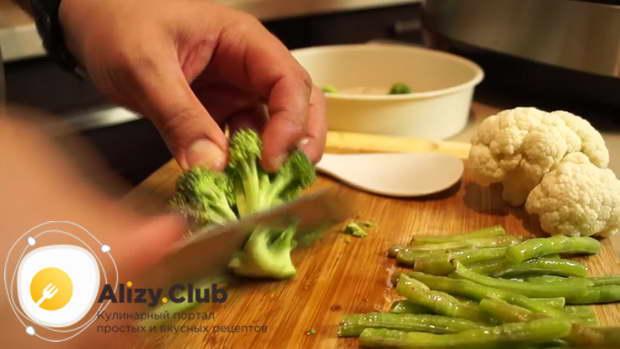 Нарезаем 1-2 зубка чеснока, отправляем к мясу