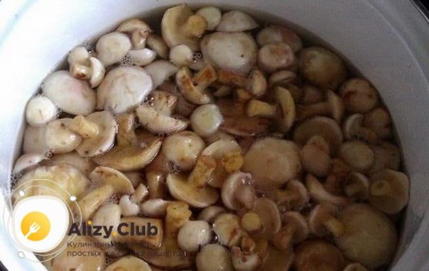 заливаем сухие грибы водой