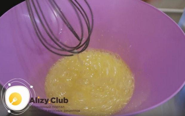 Яйца взбиваем с сахаром при помощи венчика.