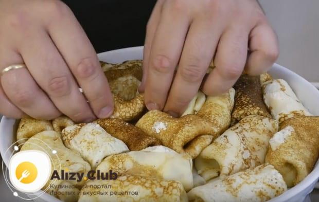 Смазываем форму для выпечки растопленным маслом и укладываем в нее наши налистники на крахмал с творогом.