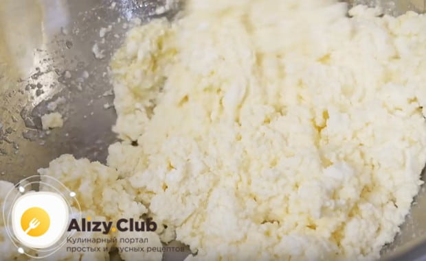 Перемешиваем творог с яйцом и сахаром до однородности.