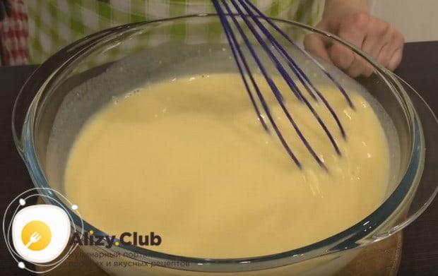 Добавляем муку и венчиком перемешиваем тесто до однородности.