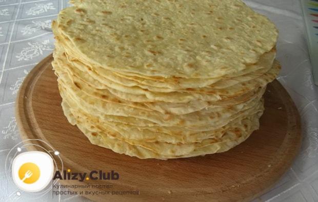 Для приготовления торта наполеон на сковороде, поджарьте все коржи
