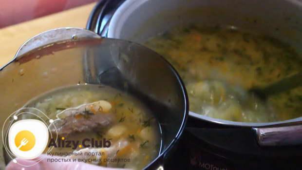 Налейте аппетитный, ароматный суп в глубокую тарелку