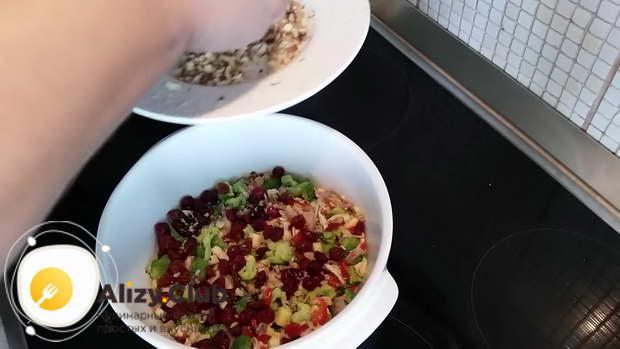 Посыпаем салат двумя-тремя ложками измельченных грецких орехов
