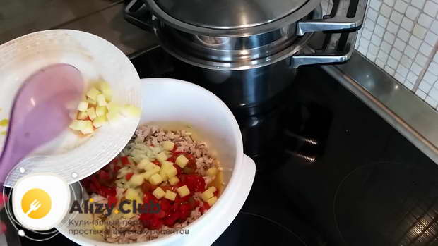 Кладем в салат 40-50 грамм твердого сыра