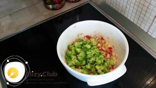 Брокколи слегка подсушиваем с помощью салфетки и добавляем в салат