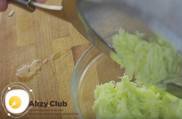 Чтобы кабачковые оладушки получились, очень важно отжать из кабачков лишнюю жидкость.