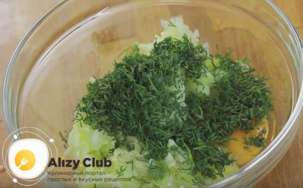 Добавляем в кабачковую массу мелко нарезанный укроп и яйца.