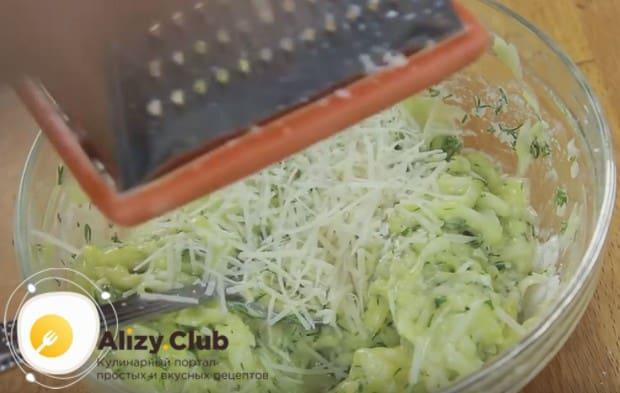 В этом рецепте быстрых и вкусных оладий из кабачков можно также использовать пармезан.
