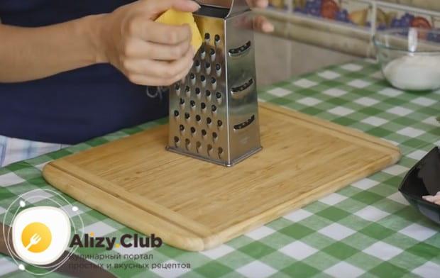 Вкусные оладьи из кабачков можно приготовить с сыром.