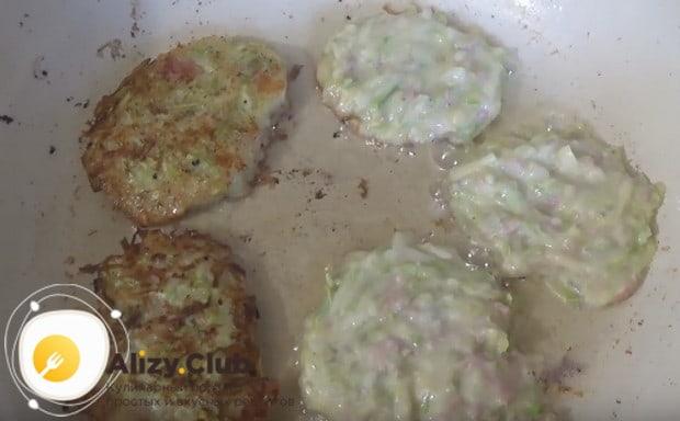 Жарим оладушки на разогретой сковороде с растительным маслом.