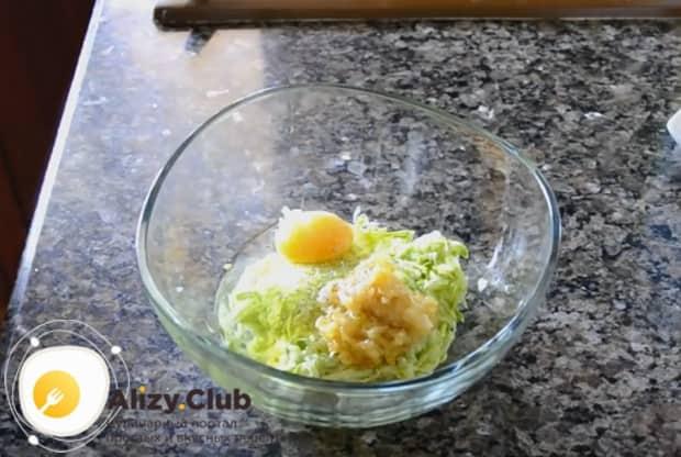 Отжимаем жидкость с натертых на терке кабачков и добавляем к ним лук, яйцо и перец.