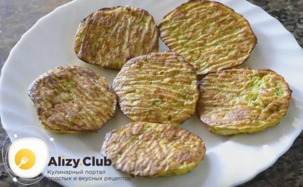 Такие диетические оладьи из кабачков выгодны тем, что готовятся без лишнего растительного масла.