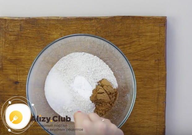 У муке добавим ванильный сахар, разрыхлитель и корицу.