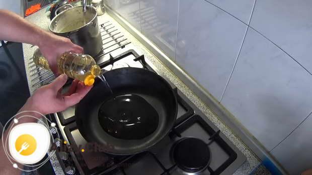 Разогрейте сковородку с растительным маслом