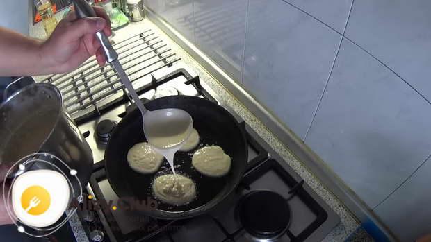 Зачерпните в половник тесто и выливайте его на сковородку небольшими порциями