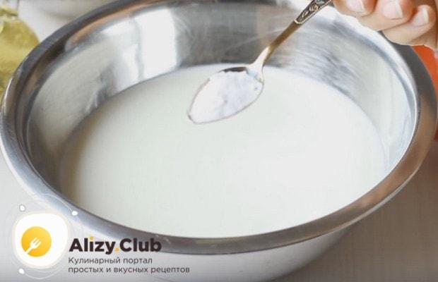 Предлагаем вашему вниманию простой рецепт пышных оладушек на кефире без яиц.