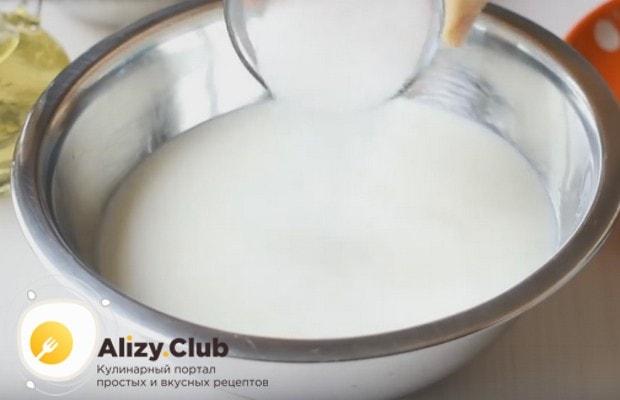 Перемешав кефир с содой и солью, добавляем сахар.