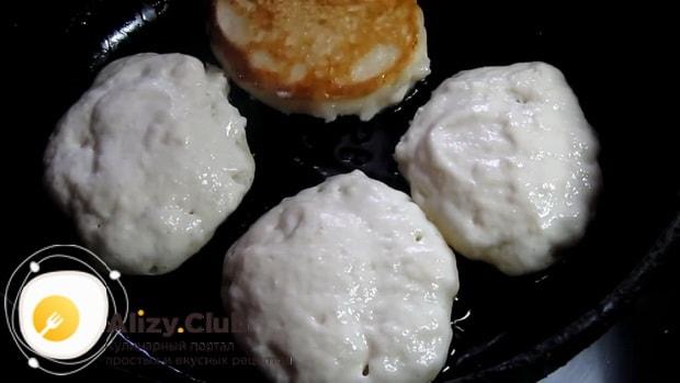 Для приготовления оладушек на молоке без яиц, разогрейте сковородку