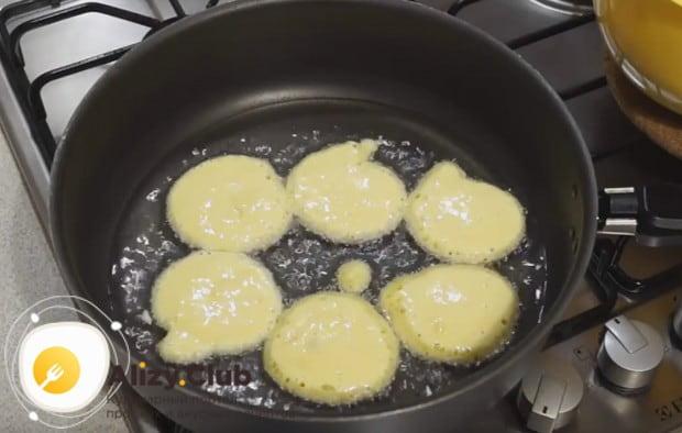 Ложкой выкладываем тесто в разогретую сковороду с растительным маслом.